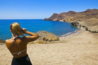 This geological prodigy is nestled inside the oldest stretch of coastline in the peninsula, and it is the spot that offers the best insight into the volcanic activity that produced the natural environment of the Cabo de Gata-Níjar natural park. It certainly feels out of the ordinary to walk in a bathing suit right by a rock-solid wave of lava. The black sand is tempting, so much so that it is advisable to come early, as once the parking lots get filled up no more vehicles are allowed in the area.