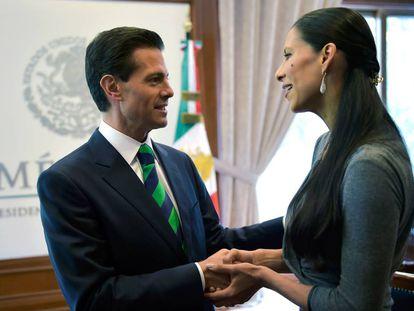 Mexican President Peña Nieto gives a medal to dancer Elisa Carrillo.