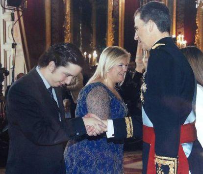 Francisco Nicolás Gómez-Iglesias greets Felipe VI on the day of his coronation.