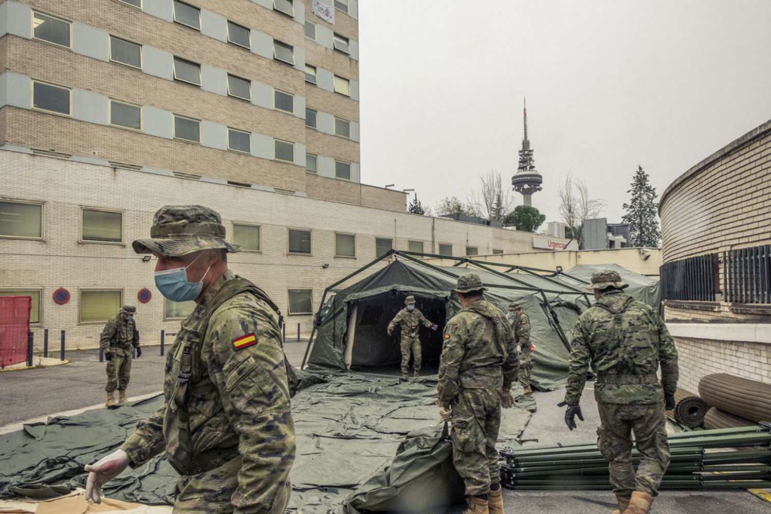 Military engineers set up a field hospital in Madrid.