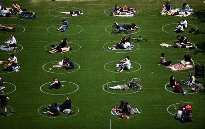 Social distancing in Domino Park, Brooklyn (New York), in May 2020.