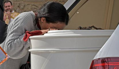 Patricia Ramírez says goodbye to her eight-year-old son Gabriel in Almería on Tuesday.