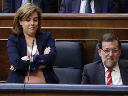 Flanked by Mariano Rajoy, Soraya Sáenz de Santamaría replies to the Socialist spokeswoman's accusations in Congress.