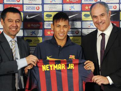 Club president Josep Maria Bartomeu (l), Neymar (c) and sporting director Andoni Zubizarreta at the Brazilian soccer player's presentation in June 2013.