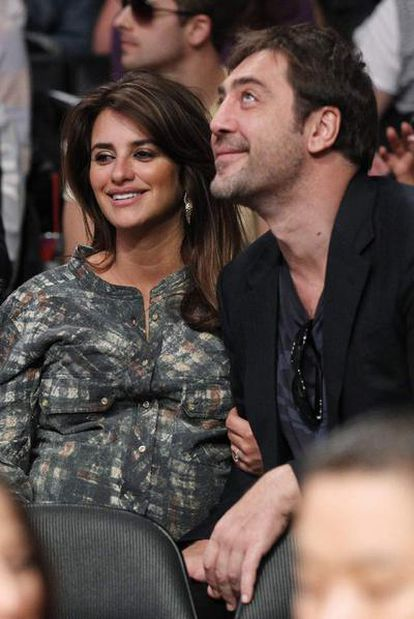 Cruz and Bardem, at a basketball match in Los Angeles at Christmas.