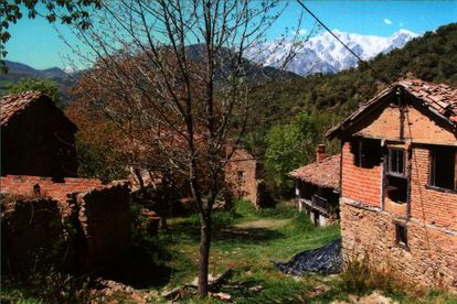 Houses in Porcieda (Cantabria), an abandoned village with the Picos de Europa mountains in the background, on sale for €1.5 million.