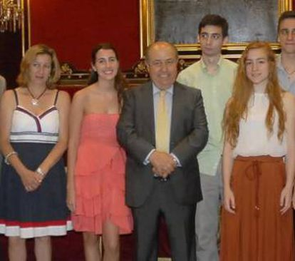 The mayor of Granada at a ceremony with high school students.