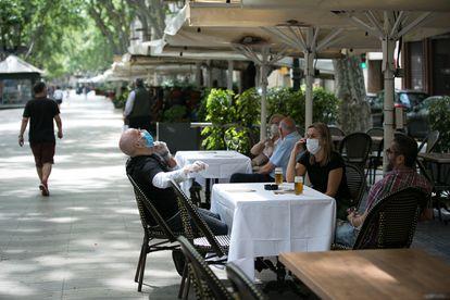 Dos grupos de personas, en una terraza de la Rambla, el 25 de mayo en Barcelona.