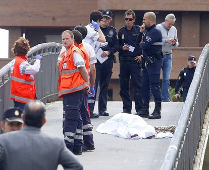 Police and medics stand near the body of Isabel Carrasco.