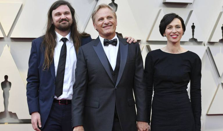 Viggo Mortensen with his wife, Spanish actress Ariadna Gil, and his son Henry at the Oscars.