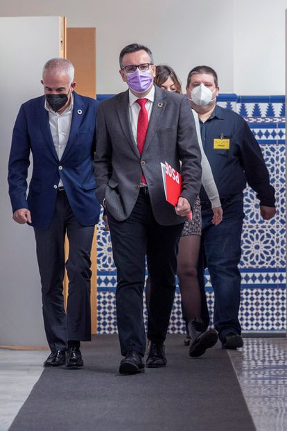 The PSOE spokesperson in the Murcia assembly, Diego Conesa (c), moments before a news conference.
