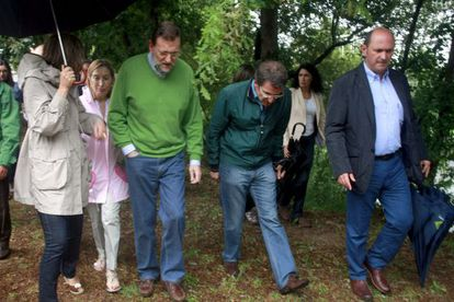 Mariano Rajoy in Galicia on Saturday next to regional premier Alberto Núñez Feijóo (stooping).