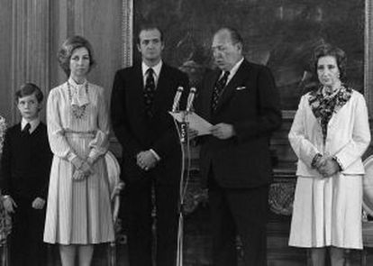 The Count of Barcelona (second right) gives up his dynastic rights in favor of his son Juan Carlos in the presence of Prince Felipe, Doña Sofía and the king's mother, María de las Mercedes, on May 14, 1977.