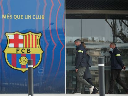 Poilce enter the offices of FC Barcelona on Monday.