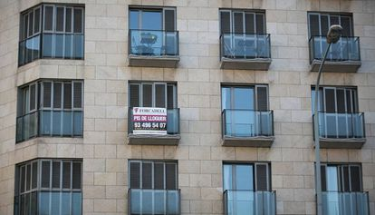 A For Rent sign in Barcelona.