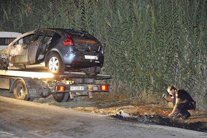 Police inspect the scene where Cobo's Citroën was found, with her body in the trunk.