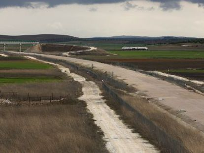 Work on the AVE high-speed rail line between Antequera (Málaga) and Seville has been on hold since 2012.