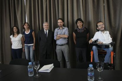Pablo Iglesias (c) flanked by other Podemos Eurodeputies.