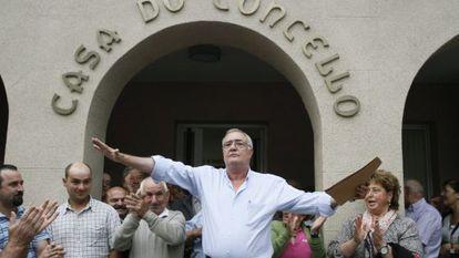 Baralla Mayor Manuel González Capón addresses local residents outside the town hall on Thursday.