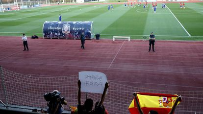 Fans protesting against Piqué at a training session in Las Rozas.