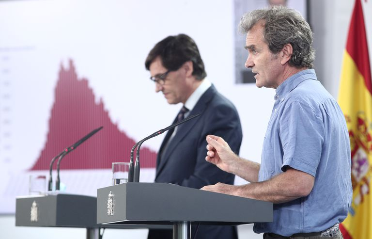 Health Minister Salvador Illa (l) and the director of the Coordination Centre for Health Alerts and Emergencies, Fernando Simón, explain Spain's epidemiological data on June 19, 2020.