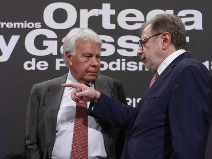Former PM Felipe González (l) and EL PAÍS executive Juan Luis Cebrian at the ceremony.