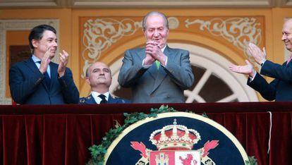 King Juan Carlos receives an ovation from the crowd at Las Ventas bullring.