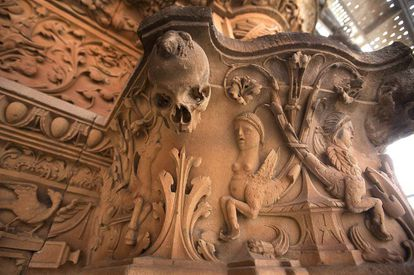 <a href=http://elpais.com/elpais/2016/10/15/album/1476551004_361690.html>PHOTO GALLERY</a>   The famous frog on the skull at the University of Salamanca.