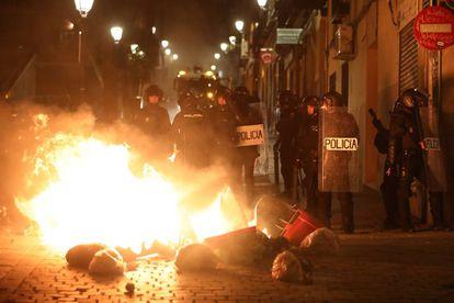 Riot police in Lavapiés last night during the disturbances.
