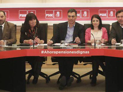 Pedro Sánchez heads a PSOE meeting.