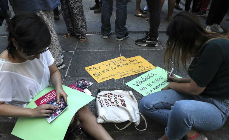 """A gathering in memory of Verónica on May 31. """"My life is not your porn,"""" reads one of the signs."""