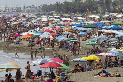 Tourists pack La Carihuela beach in Torremolinos (Málaga).