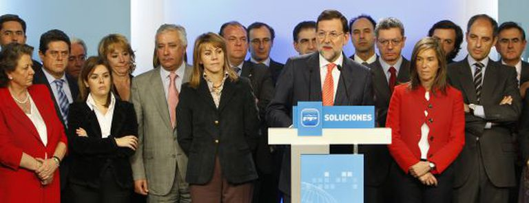 Mariano Rajoy speaks to the media, surrounded by the PP's executive committee, on February 11, 2009.