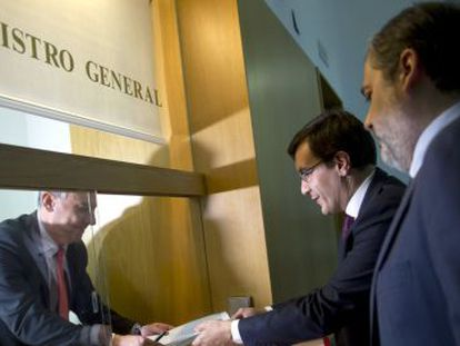José Luis Ayllón, secretary of state for congressional relations, and Federico de Ramos, deputy chief of staff, seen on Monday at the registry where the government's petition was filed.