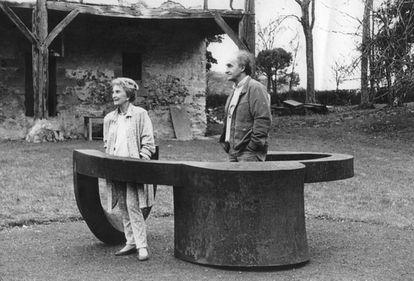 Eduardo Chillida and Pilar Belzunce in Zabalaga with the 'Monument to Tolerance' sculpture.