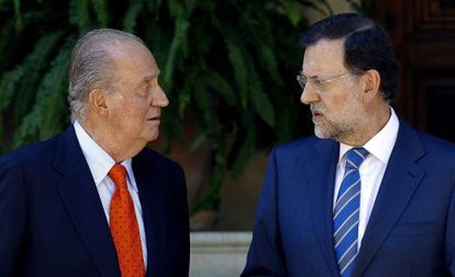 King Juan Carlos (l) meets with Rajoy on Tuesday.