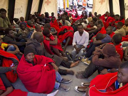 A group of immigrants is treated by the Red Cross in Tarifa (Cádiz) after being rescued.