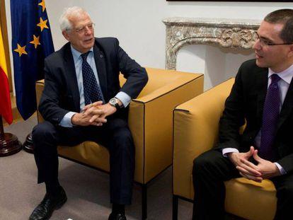 Foreign ministers Josep Borrell of Spain (l) and Jorge Arreaza of Venezuela.