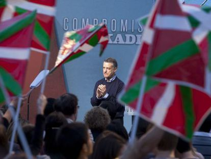 PNV leader Iñigo Urkullu on the campaign stump this weekend.