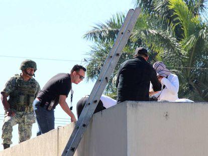 Forensic technicians at the crime scene in Eldorado, Sinaloa.