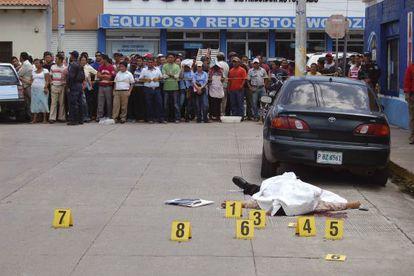 The body of prosecutor Manuel Díaz Mazariegos lies in a street of Choluteca.