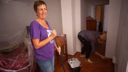 Victoria Sánchez, president of the association Todos Con Casa and Raquel Sáez, a volunteer who is also looking for a home.