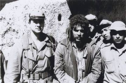 The last photo of Che Guevara before his execution in Bolivia. On his right, the Cuban CIA agent Félix Rodríguez.