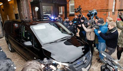The car that Puigdemont was believed to be in, outside Neumünster prison.