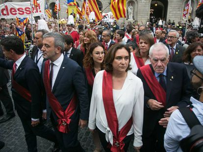 Laura Pérez (in glasses) behind Barcelona Mayor Ada Colau in Sant Jaume square.