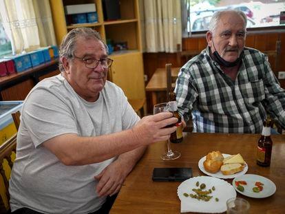 Juan Flores (l), with his brother-in-law Jesús García in Fuenlabrada.