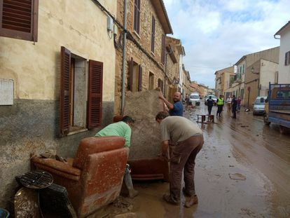 Residents try to clean up after the flooding in Sant Llorenç des Cardassar (Mallorca).
