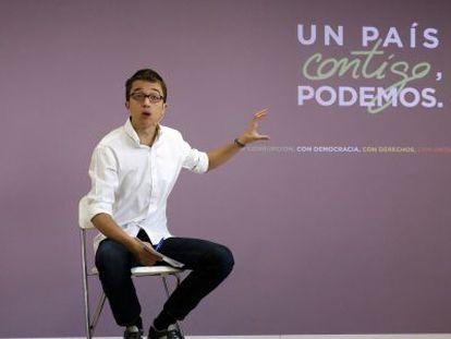 Podemos official Iñigo Errejón presenting his party's election manifesto on Monday.