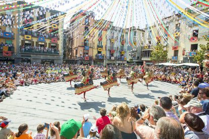Running from September 6 to 10, the Tura fiestas have been declared a cultural asset of Catalonia. September 8 is the big day with a procession of giants and dwarfs and knights who converge on the main square. When night falls, the streetlamps are turned off and lanterns are lit to guide the so-called 'turinada,' a procession that snakes from the center of Olot to Tura street where a special dance takes place with music, water and giant balloons. The five-day festival also includes flower fights and carriage processions.