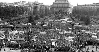 A crowd of demonstrators supporting Franco on October 1, 1975.